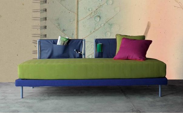 letto divano con tasconi in tessuto